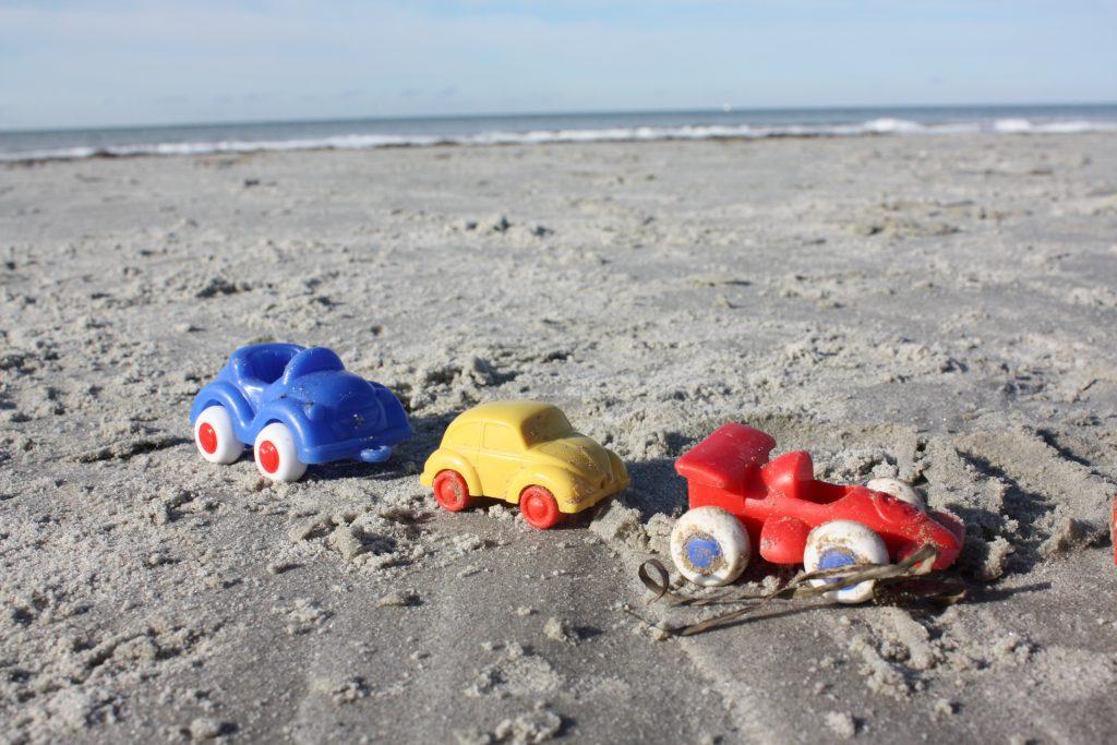 Vinterlek med bilar på stranden!