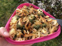 Pasta med pesto, champinjoner och valnötter